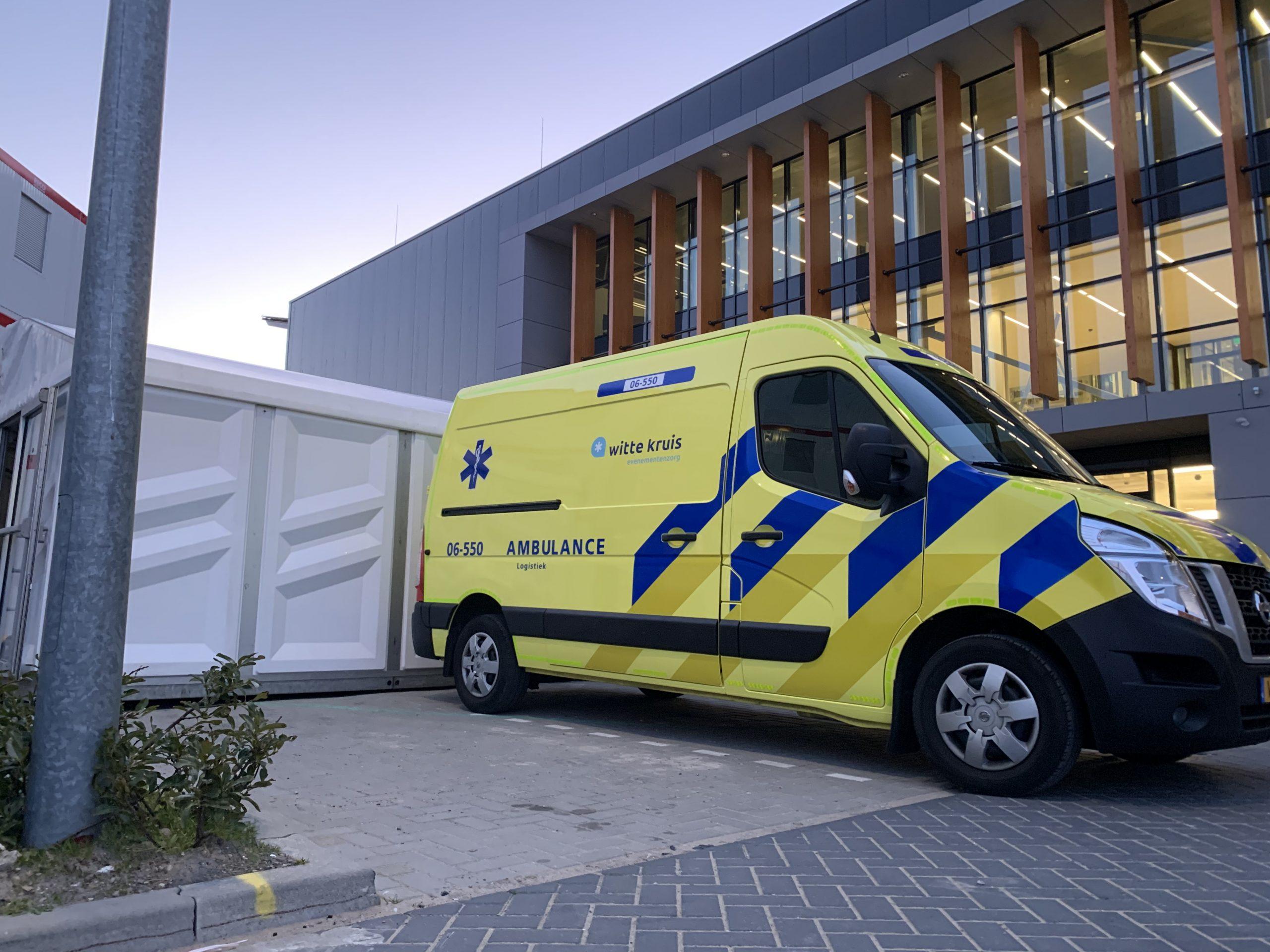 Triage controleposten tegen Corona, de ambulance van het Witte Kruis is preventief aanwezig.