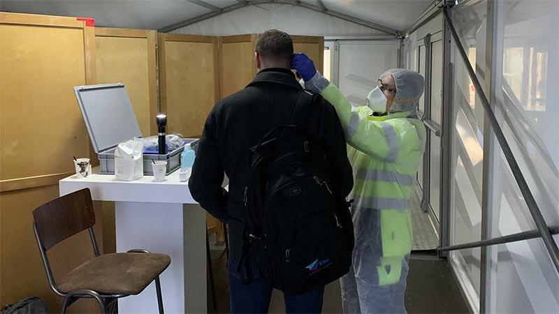 risk safety - triage in controlepost door medisch personeel